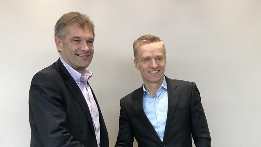 Abraham Foss (Telia Norge) og Eirik Lunde (NextGenTel) er fornøyd med avtalen der Telia Norge kjøper cirka 38 000 privatkunder av NextGenTel.