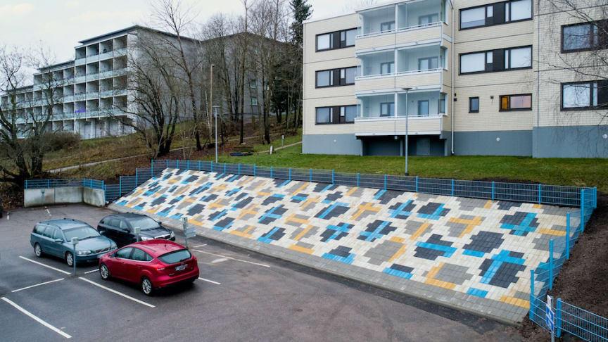 Hännisen taideteos rakentuu geometrisiin asetelmiin ladotuista betonilaatoista ja metalliaidasta. Kuva: Ilkka Vuorinen