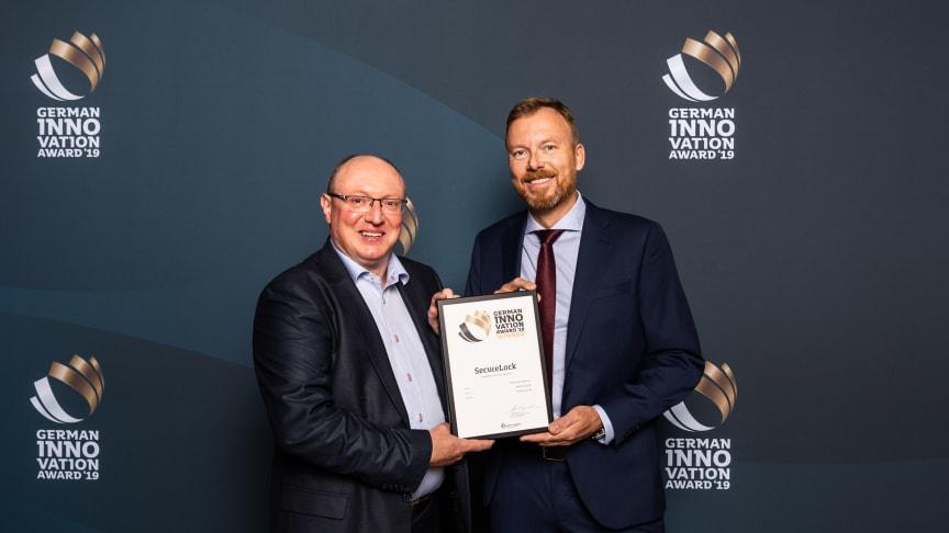 Wolfgang Vogl, CEO Rototilt GmbH och Pär Olofsson, Technical Design Engineer på Rototilt Group var på plats i tyska Berlin och mottog priset