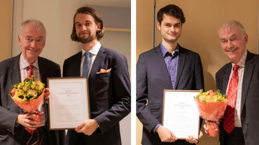 Jubileumspristagarna Filip Heikkilä och Olle Månsson mottar priset av Bert-Inge Hogsved, Hogia-gruppens VD och VD.