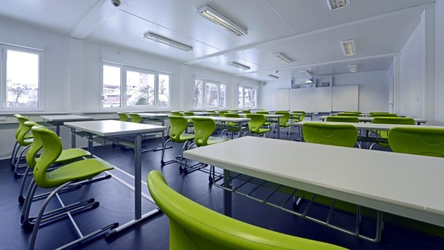 Helle Räume, hochwertige Möblierung und moderne Pylonen-Klapp-Schiebetafeln sorgen für ein perfektes Lernumfeld im smarten Interimsgebäude. Ungeachtet des rasanten Bautempos überzeugt die atmosphärische Stimmung.