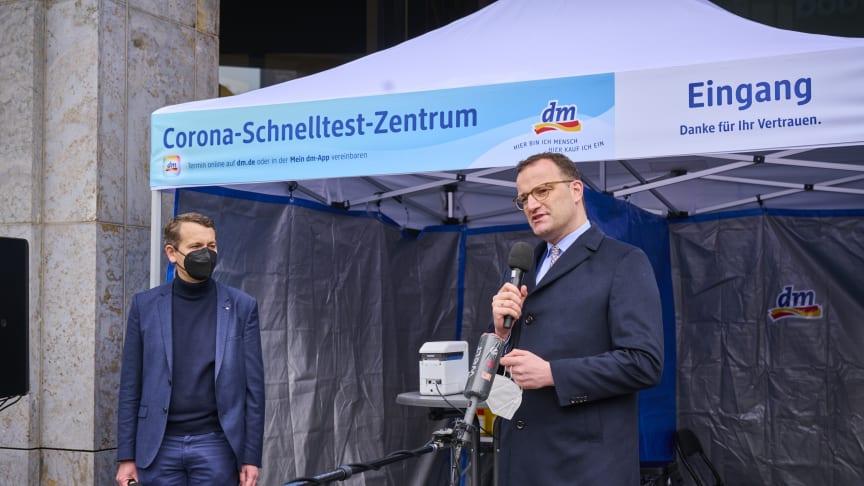 Christoph Werner, Vorsitzender der dm-Geschäftsführung, und Bundesgesundheitsminister Jens Spahn eröffnen das 100. dm Corona-Schnelltest-Zentrum in Berlin. ©Steffen Jänicke/dm