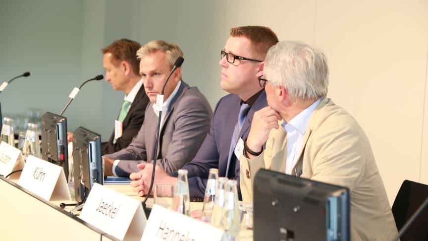 Dr. h. c. Helmut Hildebrandt, Bernd Laudahn, Dr. Torsten Kühn und Prof. Roger Jaeckel (v.l.n.r.) diskutieren auf dem Hauptstadtkongress in Berlin die Vor- und Nachteile innovativer Vergütungsmodelle.