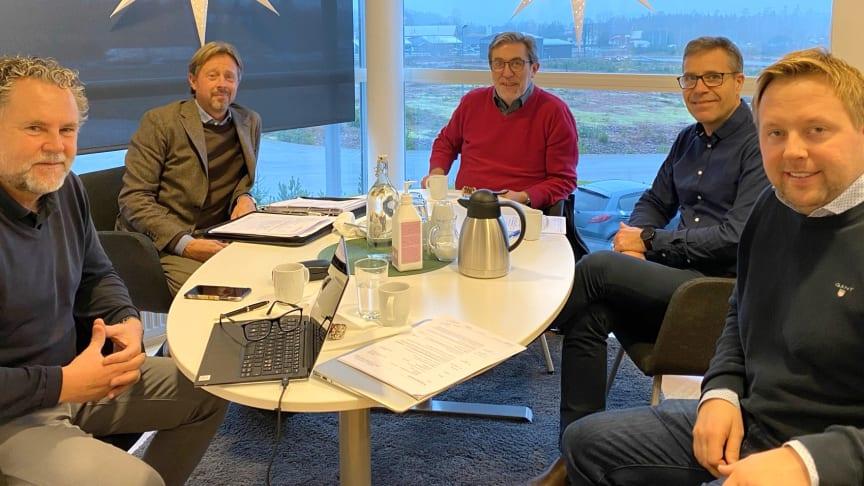 Fra venstre: Lars Rosell (adm. dir., Vilokan AB, Anders Carlsson (megler, Varberg & Falkenbergs Fastighetsbyrå AB), Sven Liljegren (direktør i Svenbo), Fredrik Wahlberg (adm. dir. Svenbo) og Christian Lundell (adm. dir. Arom-dekor Kemi AB).