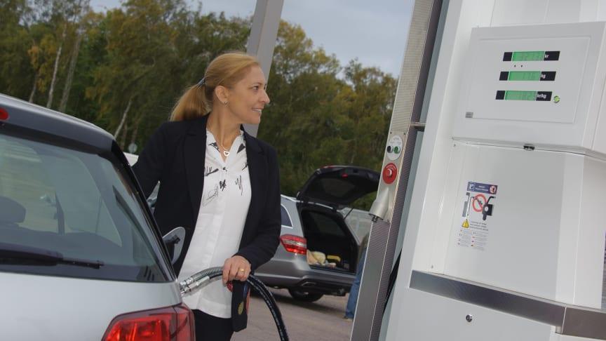 Anneli Gille, miljöchef i Höganäs kommun, tankar en av kommunens 40 nya gasbilar.