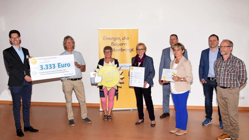 Schulstrom vom Acker: Für ihre Agrophotovoltaikanlage erhielt die Berufliche Oberschule Friedberg, vertreten durch Seminarlehrer Thomas Rebitzer (2. v.l.), den Bürgerenergiepreis Oberbayern 2021.