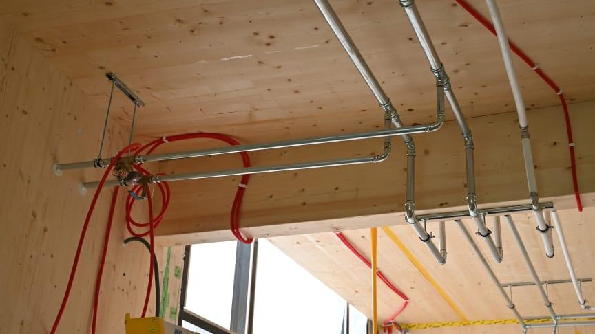 Fossfilfria förskolan Hoppet byggs i trä och kommer att få ett återbrukat innertak som byggfirman RA Bygg tagit tillvara från en kontorsfastighet. Foto: Hannah Björk