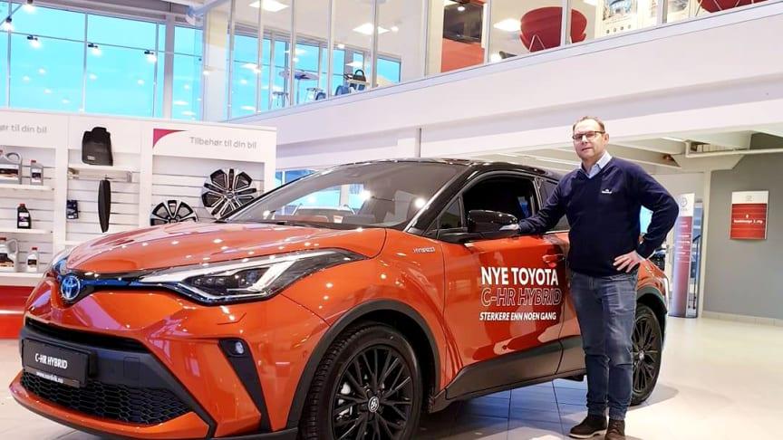 Klar for lansering: Thomas Campos Einmo med nye Toyota C-HR som lanseres i Mo i Rana denne uken. Foto: Nordvik AS.