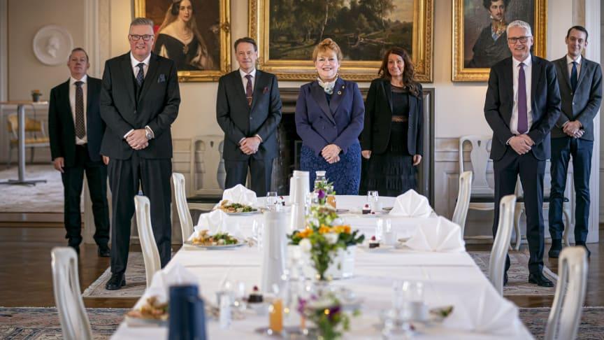 Medverkande vid ceremonin på Västerås slott med Landshövdingen i Västmanlands län, Minoo Akhtarzand, i mitten.