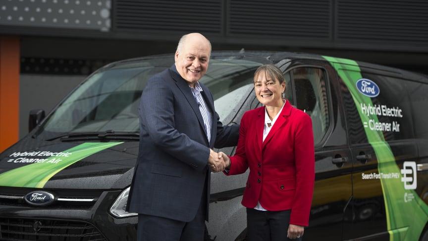 SATSER STORT: Toppsjefen i Ford Motor Company, Jim Hackett  åpnet Fords nye Smart Mobility-innovasjonssenter i London. Her er han sammen med  sjefen for Smart Mobility satsingen i Europa, Sarah-Jayne Williams