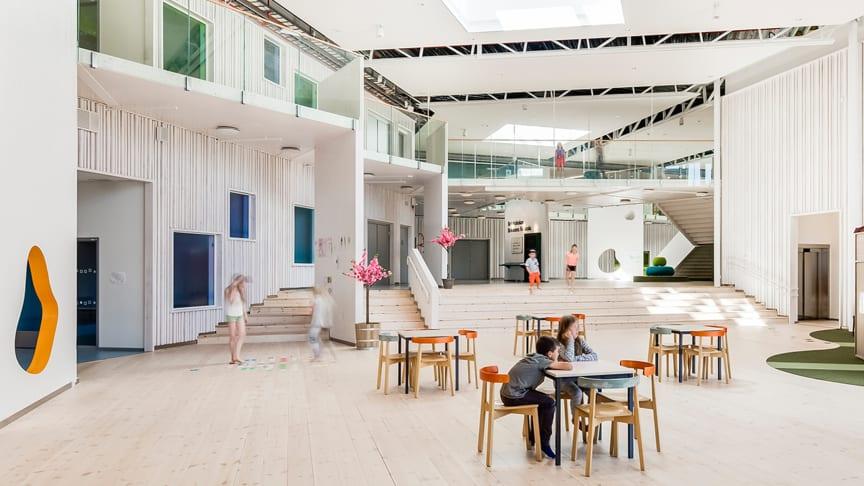 LINK arkitektur har utformat Brinkskolan i Täby; ett exempel på hur en genomtänkt, fysisk miljö kan bidra till en tryggare skolvardag. Foto: Hundven-Clements Photography