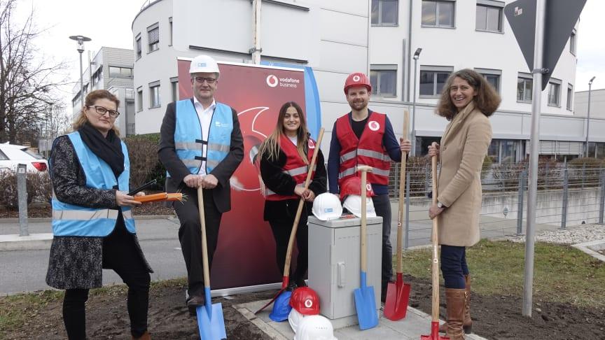 Erfolgreicher Projektabschluss. Von links nach rechts:  Birgit Ungar, Stefan Klieser (beide Deutsche Glasfaser), Sema Koc, Moritz Spangenberg (beide Vodafone), Uta Wüst (1. Bürgermeisterin Gemeinde Gräfelfing).