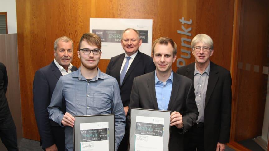 Daniel Urbaneck (l.) und Niklas Gröne, stellv. für die PB Projektgruppe, sowie Klaus Meyer (Jury), Dr. Stephan Nahrath und Joachim Böcker (Uni PB) (v.l.)