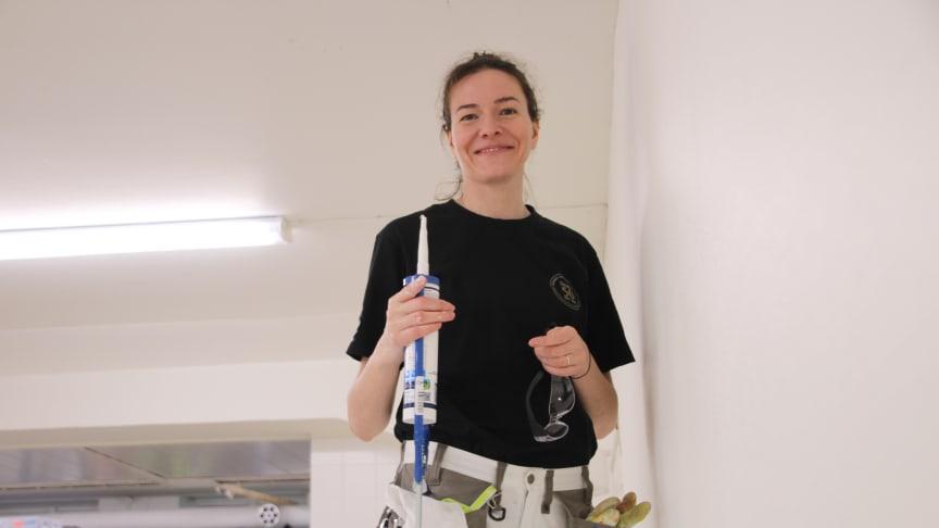 Mariia Smirnova trivs med utbildningen som innehåller mycket praktiska studier. . Nu är det dags att tillämpa det hon lärt sig när hon håller på med renoveringen av Utbildning Nords förrådslokal.