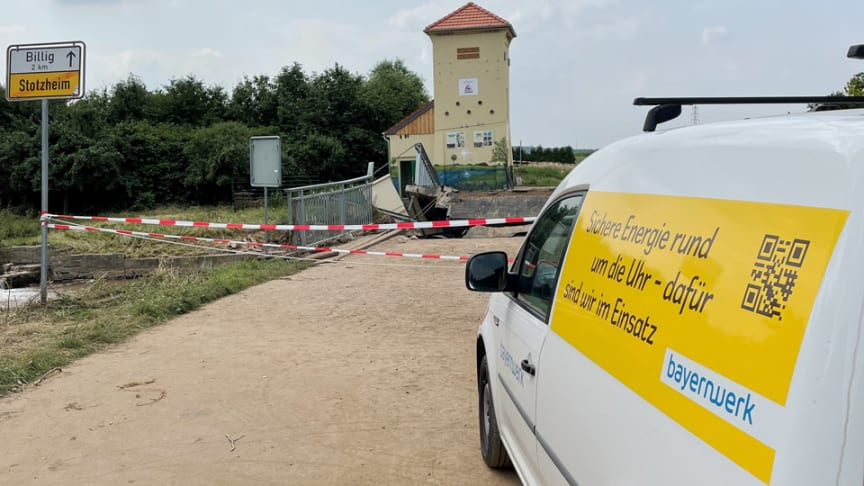 Inzwischen ist die Stromversorgung im Überschwemmungsgebiet fast vollständig wiederhergestellt. Einsatzkräfte des Bayernwerks haben bei der Wiederversorgung geholfen.