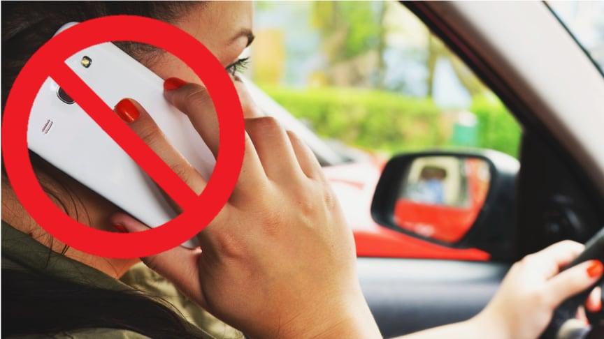 Das Handy am Steuer zu benutzen, kann sehr gefährlich werden. Der Gefahr sind sich zwar viele Fahrer bewusst, dennoch handeln sie nicht danach.