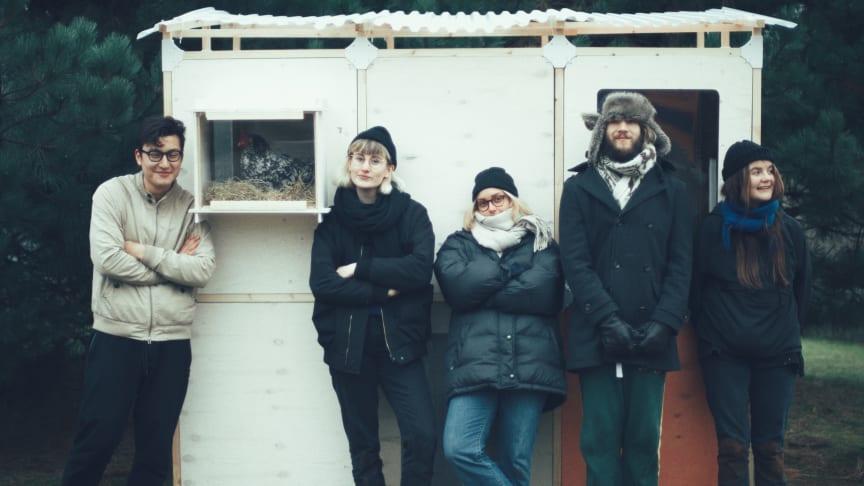 """""""The hen board"""", som bor i HSB Living Lab, tar nu över ansvaret för hönornas väl och ve. Foto: John-Daniel Isacsson"""