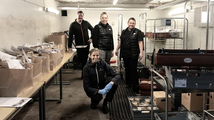 Våra kockar Fredrik, längst till vänster, Gabriella, längst till höger, och Johanna och Mathilda från vårt HR-team när de packar julkorgar