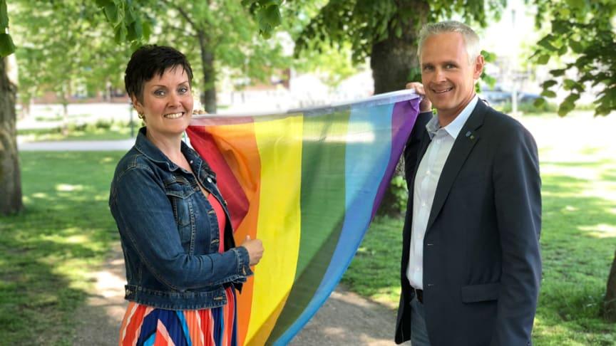 – West Pride arbetar för en jämlik värld och ett jämlikt Sverige, fritt från fördomar och trakasserier.Att flagga under West Pride är för oss en tydlig markering vilken värdegrund Kungsbacka kommun står för, säger Malin Aronsson, kommundirektör.