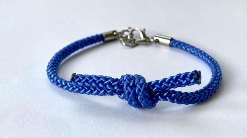 Blå Knuten-armbandet finns att köpa i Barndiabetesfondens webbshop.