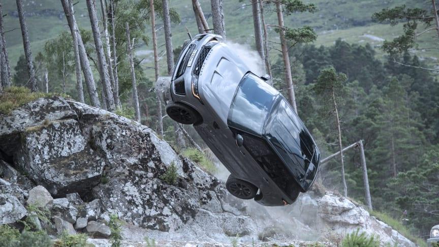 Den luksuriøse performance-SUVen forfølger 007 i den 25. James Bond-filmen – No Time To Die © 2021 Danjaq, LLC og MGM. Med enerett.