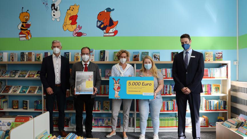 Ausgezeichnete Bücherei: 5.000 Euro bekam die Stadtbücherei Geretsried vom Bayernwerk für ihre fortlaufend gute Arbeit in den Bereichen Kinder- und Jugendbuch.