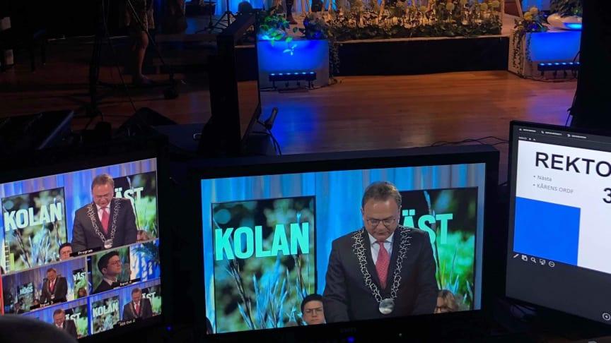 Digital touch på årets avslutningshögtid. Här vid genrepet med rektor Martin Hellström.