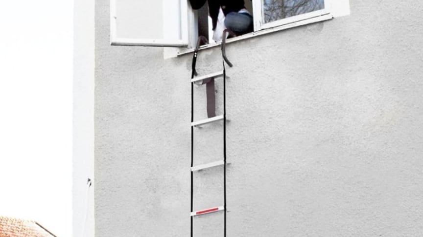 Brannstigen er lett å lagre og kan raskt henges over vinduskarmen når den skal brukes.