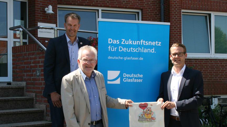 Bürgermeister Ulf Voigts (u.l.), Guido Dieckmann (o.l., Gemeinde Beverstedt) und Tjark Hartmann (Projektleiter Deutsche Glasfaser)
