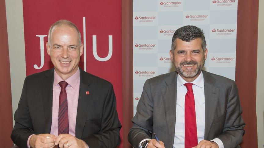 Prof. Dr. Georg Krausch, Präsident der JGU (links), und Fernando Silva, Vorstandsmitglied bei Santander, bei der Vertragsunterzeichnung.