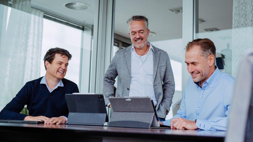 Blicken auf eine positive Geschäftsentwicklung der Fressnapf-Gruppe im Corona-Krisenjahr 2020: v.l.: Geschäftsführer Dr. Johannes Steegmann, Unternehmensgründer Torsten Toeller und Geschäftsführer Dr. Hans-Jörg Gidlewitz (Foto: Fressnapf Holding SE)