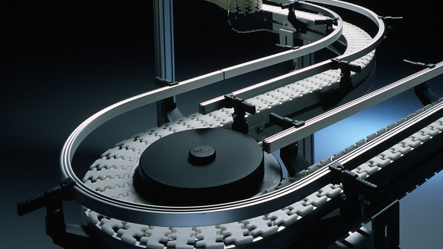 The first conveyor range by FlexLink, called XL, was designed to transport light goods such as bearings and packaged food. The solution featured the world's first joint chain to move vertically as well as horizontally.
