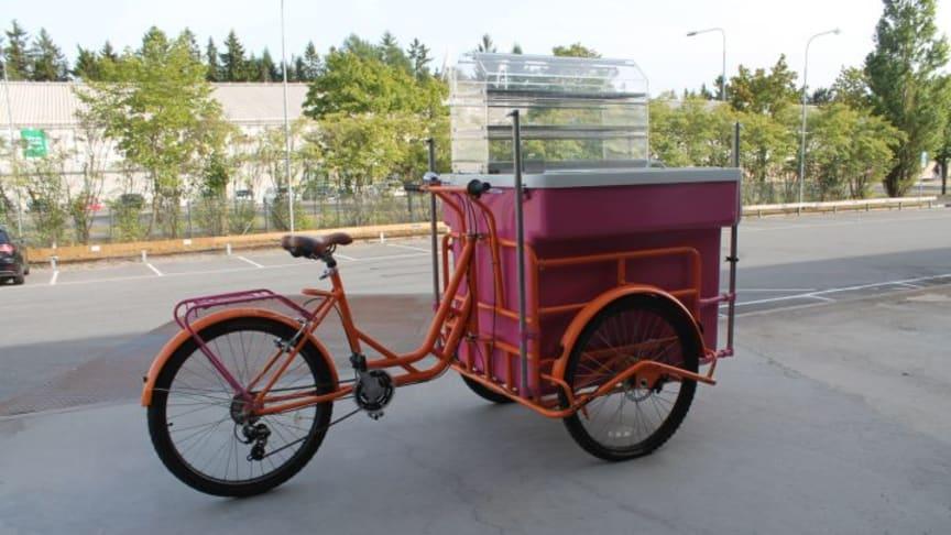 Bara att baka, packa och dra i väg. Levereanscyklen är en del av den omfattande utrustningen i utförsäljningen av konkursboet efter Dunkin Donuts i Sverige.