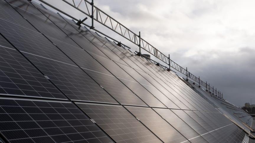 Del av solcellsanläggningen på taket till Tomteboda.