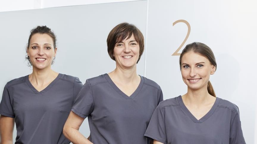 (v.l.n.r.) Gesa Schmidt-Martens, Anja Feller Guimarães und Anna Bernhardt arbeiten als selbständige Zahnärztinnen in der ersten Zahnpraxis der Zukunft, der ZAP*8 in Düsseldorf. (Foto: Björn Giesbrecht)