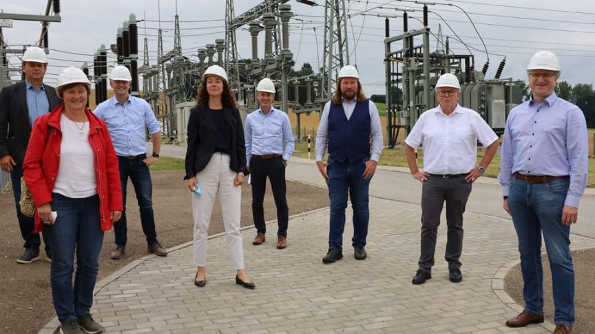 Investitionen ins Energienetz sind Investitionen in Klimaschutz und eine starke Wirtschaft. Bayernwerk-Führung und GRÜNEN-Politiker beim Besuch eines Umspannwerks in Neufahrn.