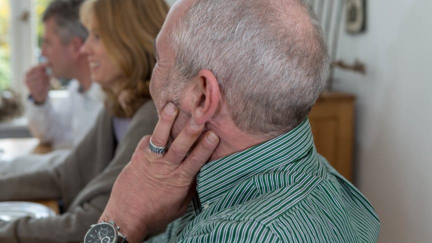 Wenn das Hören zur Anstrengung wird, ist es Zeit für einen Hörtest beim Hörakustiker. Erhebliche Verbesserungen der Kommunikation verspricht die frühzeitige Anpassung von Hörsystemen. Bild: FGH