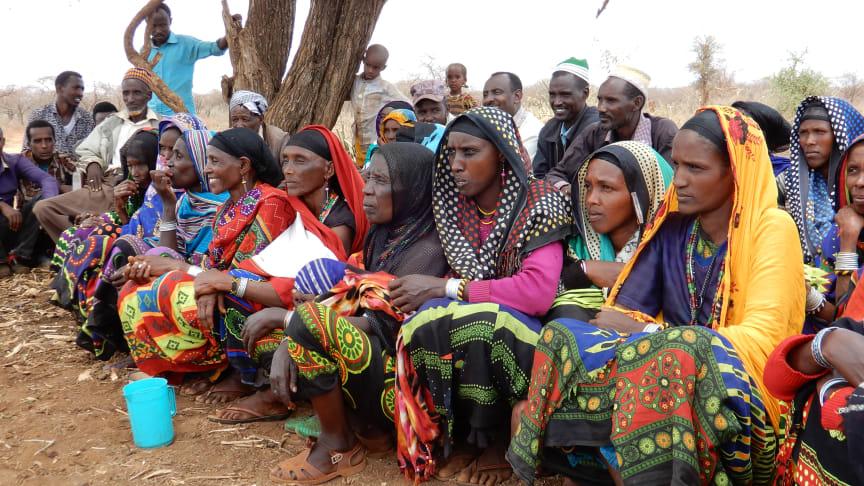 Kvinnor och män samtalar om en humanitär insats i Borena zone, Etiopien.