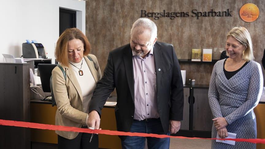 Kommunalråden Solveig Oscarsson (S) och Tom Rymoen (M) tillsammans med Cecilia Jeffner, Bergslagens Sparbanks vd.
