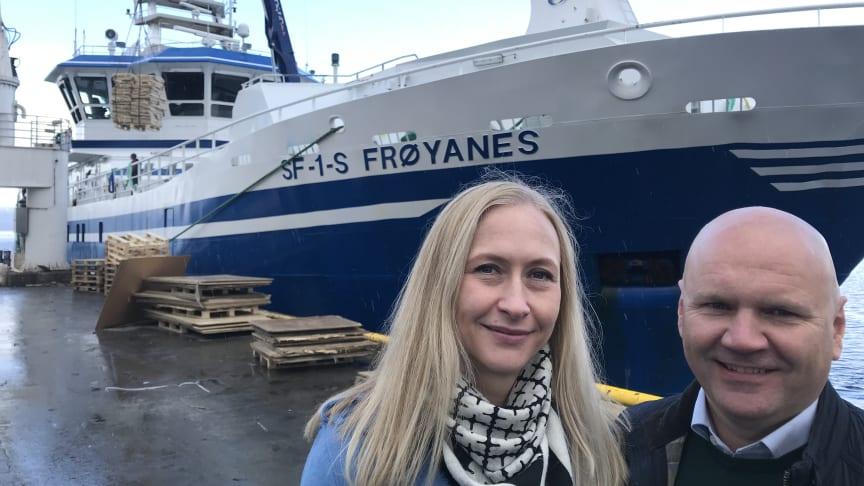 MODERNE: Autolinereder Arild Aarvik i Ervik Havfiske kunne stolt vise administrerende direktør i Norges sjømatråd, Renate Larsen, linebåten «Frøyanes» da den lå til kai i Tromsø. Foto: Dag Sørli, Sjømatrådet