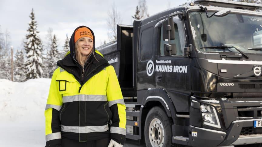 Catrine Sundqvist framför den batterielektriska testbilen