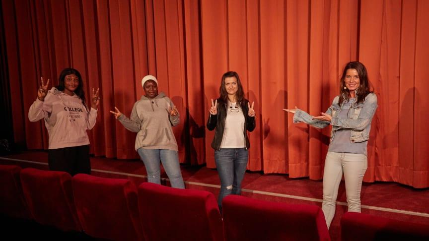 Mara Bertling, Geschäftsführerin DEIN MÜNCHEN, mit drei Jugendbotschafterinnen. Foto: Andreas Reiter Photography