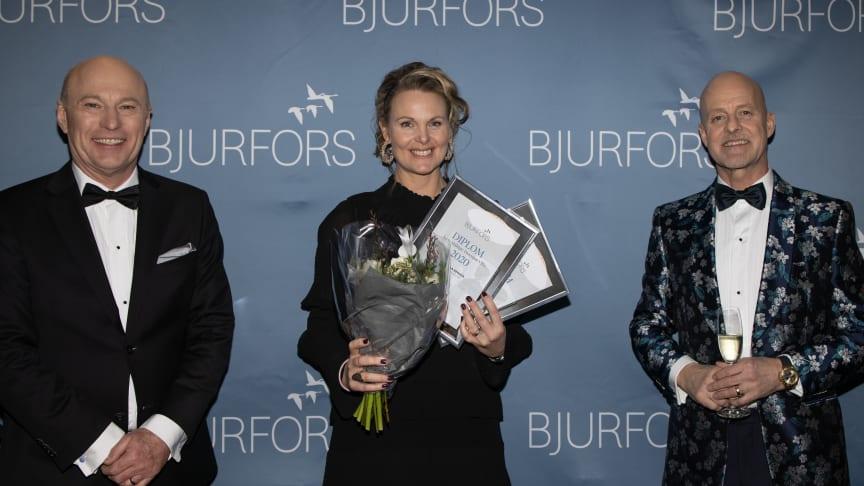 Årets villamäklare i Göteborgsområdet 2020 – Pernilla Berger, Bjurfors Marstrand (mitten). Här mottar hon utmärkelsen från Sven-Erik Kristensen, vd Bjurfors Göteborg (till vänster). Mats Ljung, ägare, Bjurfors
