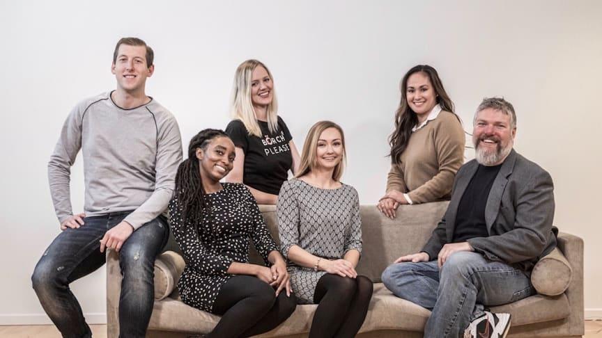 Gruppefoto af deltagere, Project Manager Christiane Paaske-Sørensen (th.) og underviser på forløbet Adam Montandon (yderst th.)