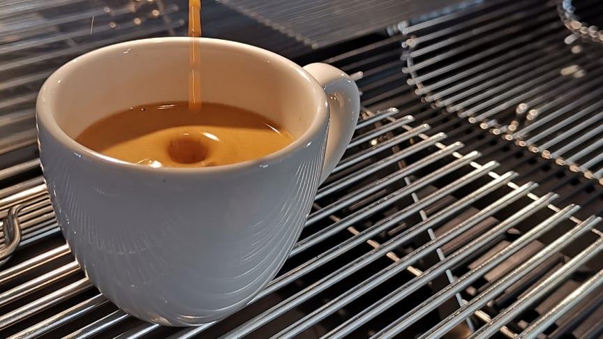 Kaffee in Porzellantasse (Foto: Lucas Didden)