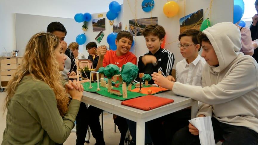 Arbetsgruppen Framtida parken presenterar sina idéer för läraren Donna Westerlund.