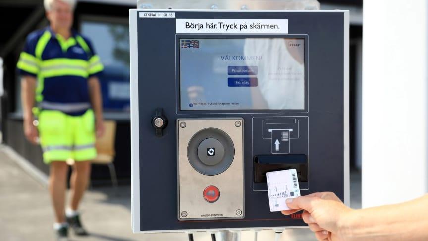 Från och med 4 december kör privatpersoner in på återvinningscentralen med körkort och företag kör in med kundkort. Privatpersoner som saknar svenskt körkort kan beställa kundkort för privatpersoner.