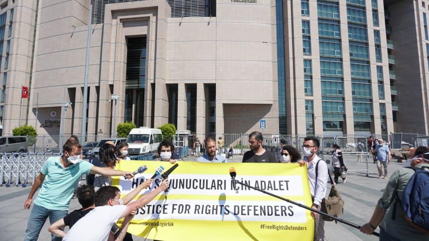 Andrew Gardner, Turiketutredare Amnesty International, utanför domstolen i Istanbul, Turkiet.