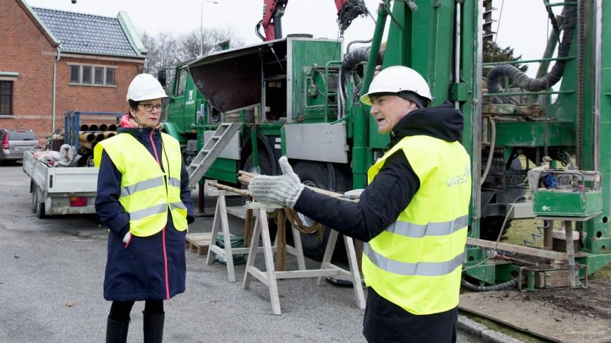 Provborrningen inför en eventuell avloppstunnel i december 2016. Carina Svensson, förbundsstyrelsens ordförande, och Ulf Nyberg, VA SYD möter media.
