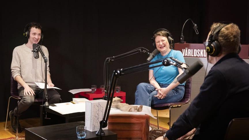 Vad garvar vi åt och varför? Komikern Ina Lundström, teologiprofessorn Ola Sigurdson och programledaren Björn Lindgren skrattar gott i det nya avsnittet av Inside the Box. Foto: Beatrice Törnros